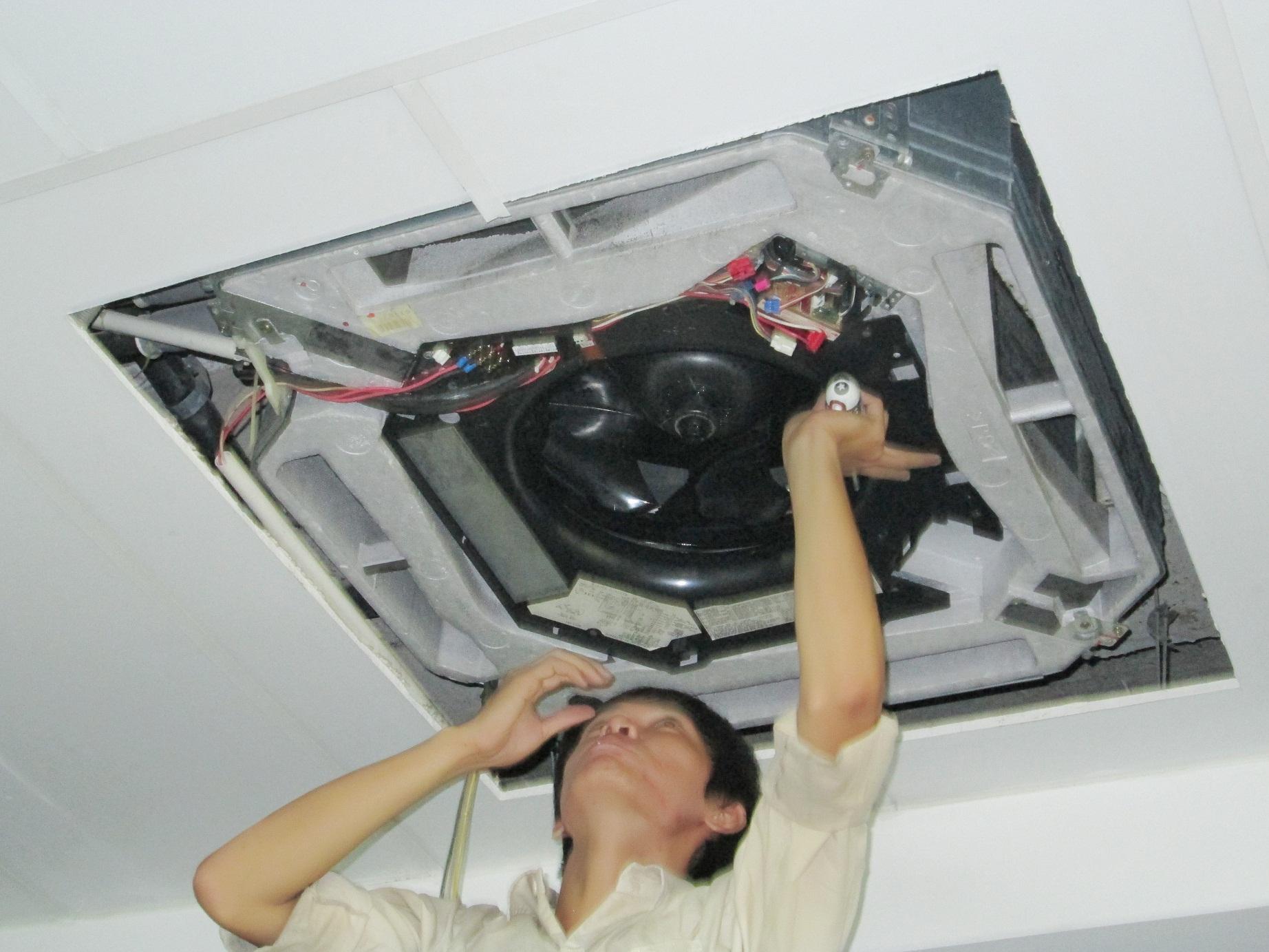 Sửa máy lạnh âm trần chảy nước